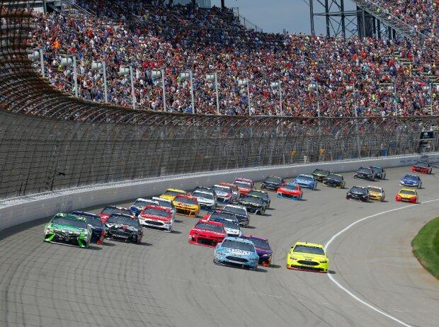 NASCAR-Start auf dem Michigan International Speedway in Brooklyn 2018: Kyle Busch führt