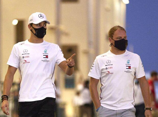 George Russell und Valtteri Bottas im Fahrerlager beim Grand Prix von Abu Dhabi im Dezember 2020