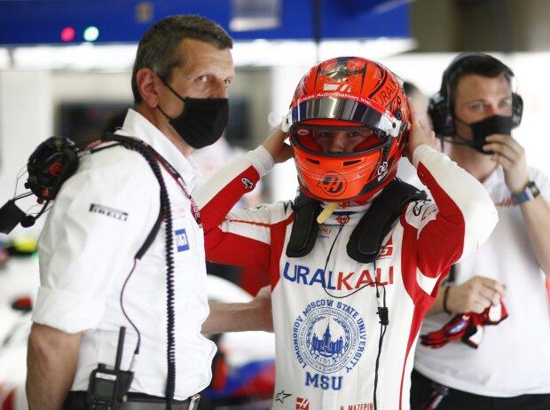 Günther Steiner und Nikita Masepin in der Haas-Box beim Grand Prix von Bahrain 2021