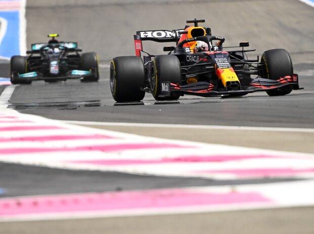 Max Verstappen vor Valtteri Bottas beim Grand Prix von Frankreich in Le Castellet (Circuit Paul Ricard) 2021