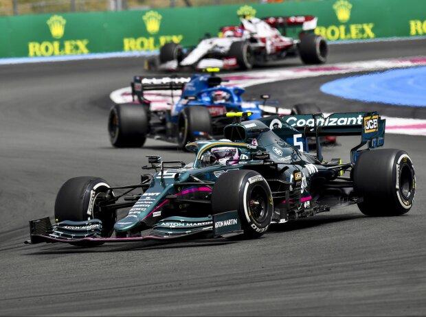 Sebastian Vettel (Aston Martin) vor Esteban Ocon (Alpine) beim Grand Prix von Frankreich in Le Castellet (Circuit Paul Ricard) 2021