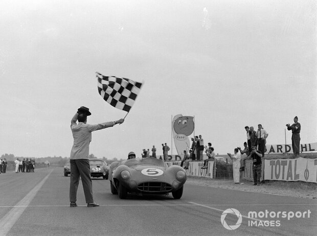 Carroll Shelby / Roy Salvadori, David Brown Racing, Aston Martin DBR1/300 und Peter Lumsden / Peter Riley, William S. Frost, Lotus Elite Mk 14-Coventry Climax FWE, fahren am Ende des Rennens über die Ziellinie; 24 Stunden von Le Mans 1959