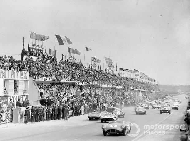 Stirling Moss (Aston Martin) führt beim Start zu den 24 Stunden von Le Mans 1959