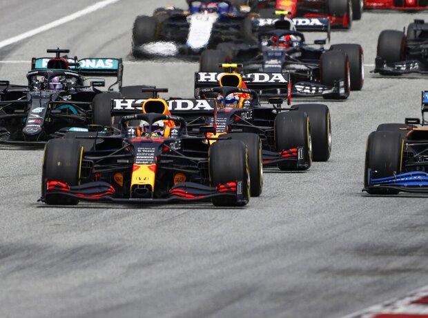 Max Verstappen (Red Bull) gewinnt den Start beim Grand Prix von Österreich auf dem Red-Bull-Ring in Spielberg 2021