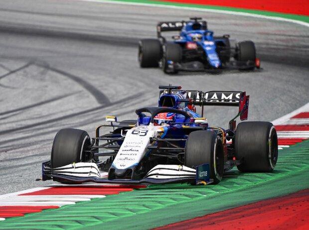 George Russell (Williams) wird beim Großen Preis von Österreich der Formel 1 in Spielberg von Fernando Alonso (Alpine) verfolgt