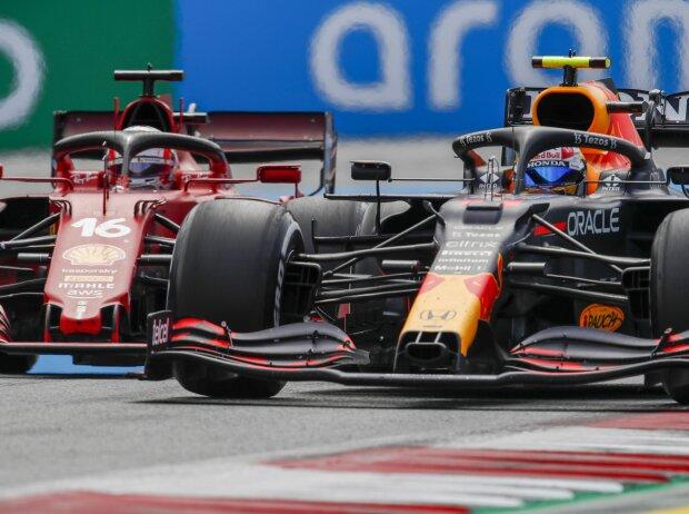 Sergio Perez im Red Bull RB16B gegen Charles Leclerc im Ferrari SF21 beim Grand Prix von Österreich der Formel 1 2021 in Spielberg