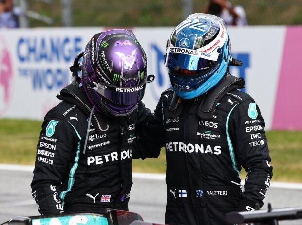 Lewis Hamilton und Valtteri Bottas (Mercedes) vor der Siegerehrung nach dem Grand Prix der Steiermark auf dem Red-Bull-Ring in Spielberg (Österreich) 2021
