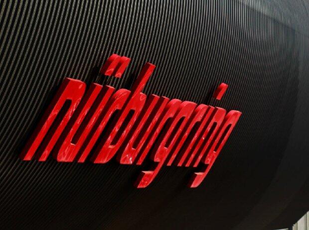 Logo des Nürburgrings auf einem Gebäude
