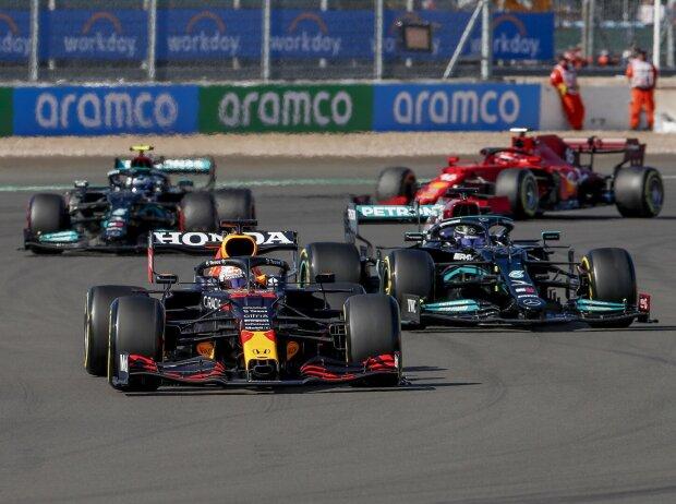 Max Verstappen im Red Bull RB16B, Lewis Hamilton im Mercedes W12 beim Sprintqualifying der Formel 1 2021 zum Grand Prix von Großbritannien in Silverstone