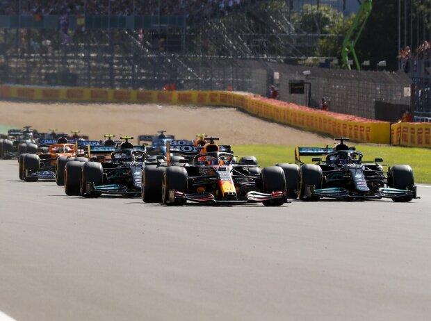 Start zum ersten Sprintqualifying der Formel-1-Geschichte beim Grand Prix von Großbritannien in Silverstone in England in der Saison 2021 mit Max Verstappen und Lewis Hamilton in Reihe eins