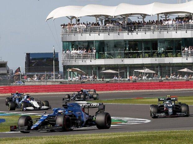Fernando Alonso (Alpine) Sebastian Vettel (Aston Martin) & George Russell (Williams) beim Sprint der Formel 1 in Silverstone (Großbritannien)