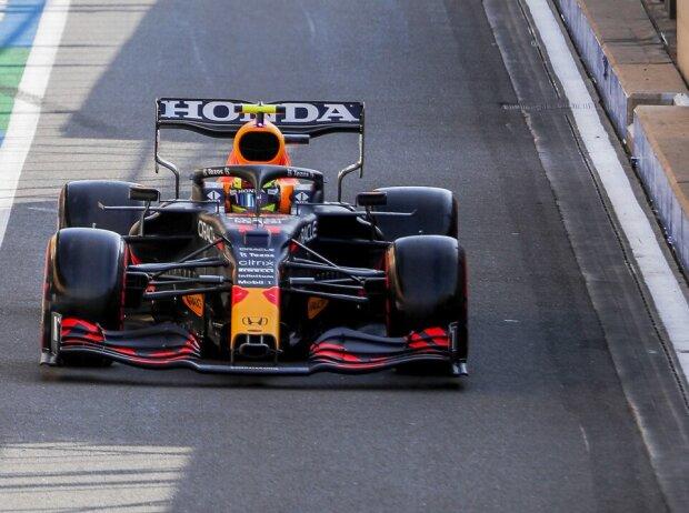 Sergio Perez im Red Bull RB16B in der Boxengasse beim Grand Prix von Großbritannien der Formel 1 2021 in Silverstone in England