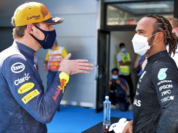 Max Verstappen (Red Bull) und Lewis Hamilton (Mercedes) reden nach dem Qualifying zum Großen Preis von Spanien in Barcelona
