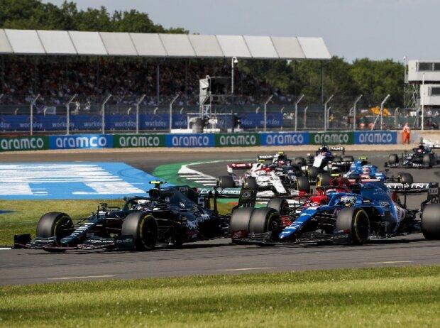 Sebastian Vettel (Aston Martin) und Fernando Alonso (Alpine) beim Großen Preis von Großbritannien der Formel 1 in Silverstone