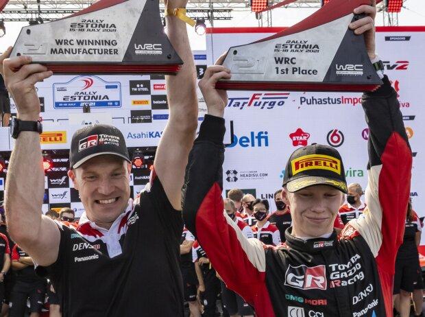 Kalle Rovanperä, Jari-Matti Latvala bei der Siegerehrrung nach der Rallye Estland 2021