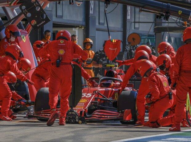 Carlos Sainz (Ferrari) beim verpatzten Boxenstopps während des Formel-1-Rennens in Silverstone 2021