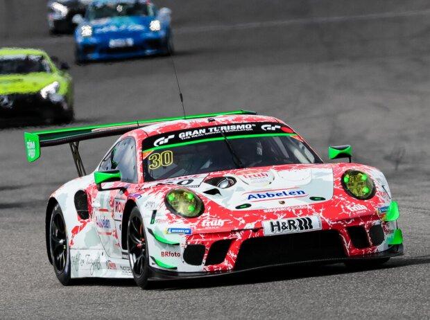 Porsche 911 GT3 R von Frikadelli Racing bei einem Rennen der Nürburgring-Langstrecken-Serie (NLS).