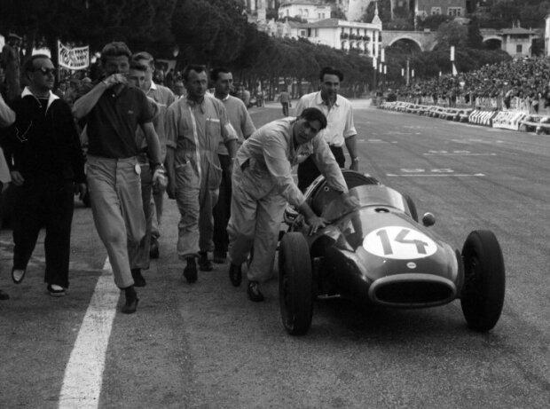 Jack Brabham schiebt seinen Cooper-Climax ins Ziel beim Grand Prix von Monaco der Formel 1 1957