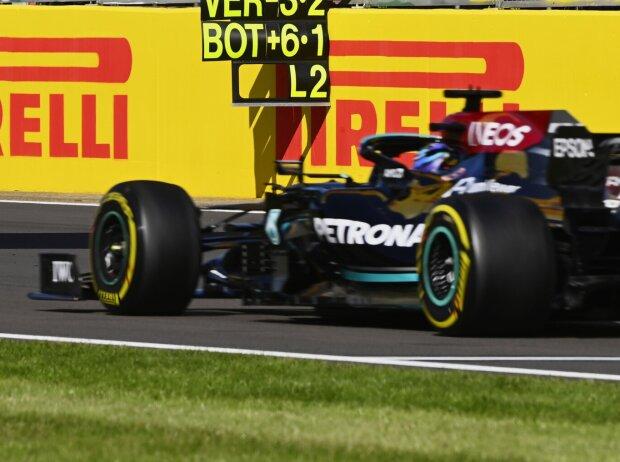 Lewis Hamilton im Mercedes W12 beim Grand Prix von Großbritannien der Formel 1 2021 in Silverstone in England auf der Zielgeraden