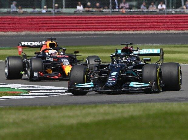 Max Verstappen (Red Bull) und Lewis Hamilton (Mercedes) duellieren sich in Silverstone