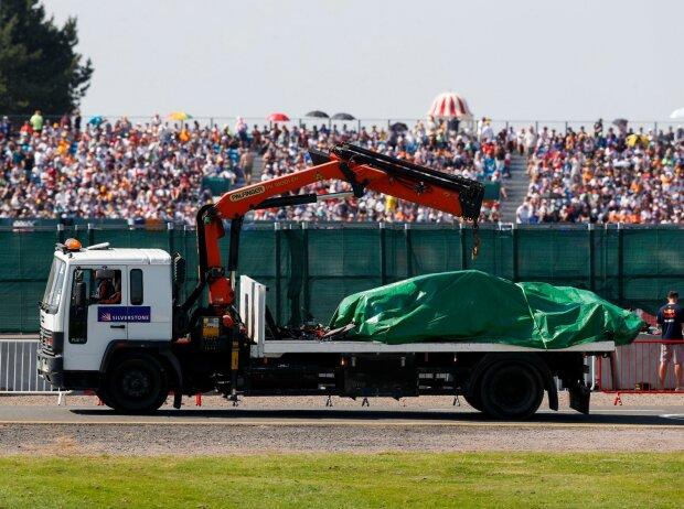 Der verunfallte Red Bull von Max Verstappen in Silverstone wird abtransportiert