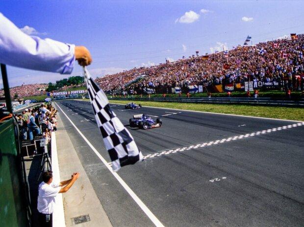 Damon Hill im Arrows A18 Yamaha wird beim Ungarn GP 1997 mit der schwarz-weiß-karierten Flagge abgewinkt und beendet so das Rennen auf der zweiten Position