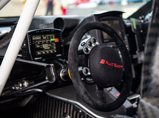 Blick in das Cockpit das Audi RS Q e-tron