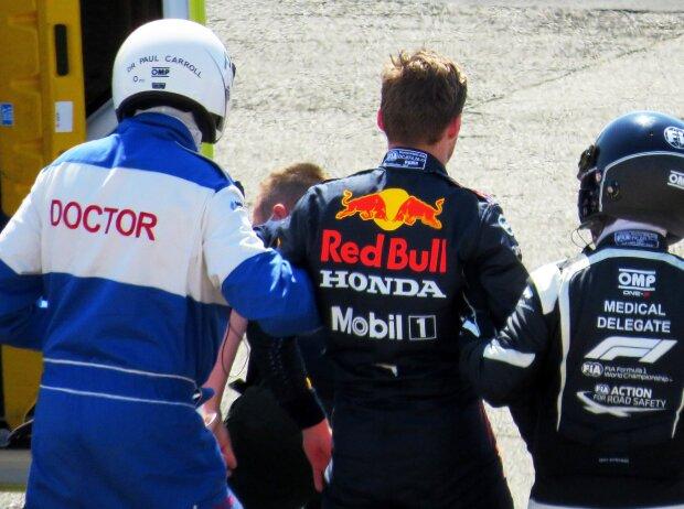 Max Verstappen (Red Bull) wird nach seinem Unfall mit Lewis Hamilton (Mercedes) von den Ärzten gestützt