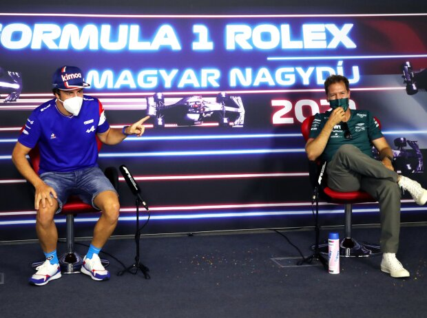 Fernando Alonso (Alpine) und Sebastian Vettel (Aston Martin) in der Pressekonferenz vor dem Formel-1-Rennen in Ungarn 2021 in Budapest