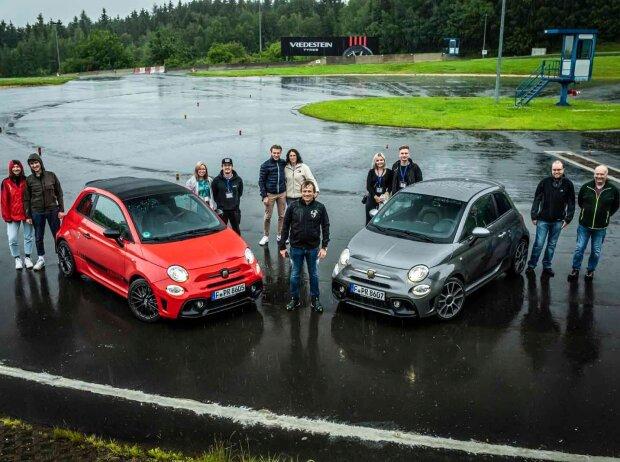 Abarth-Aktion: Gruppenfoto von oben mit allen Teilnehmern zwischen zwei Autos