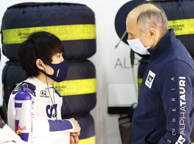 Yuki Tsunoda im Gespräch mit AlphaTauri-Teamchef Franz Tost bei Testfahrten in Imola