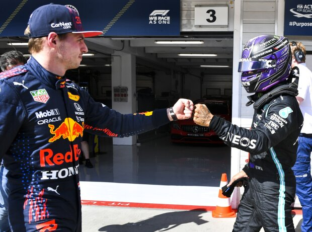 Lewis Hamilton und Max Verstappen klatschen sich ab nach dem Formel-1-Qualifying zum Grand Prix von Ungarn 2021 in Budapest