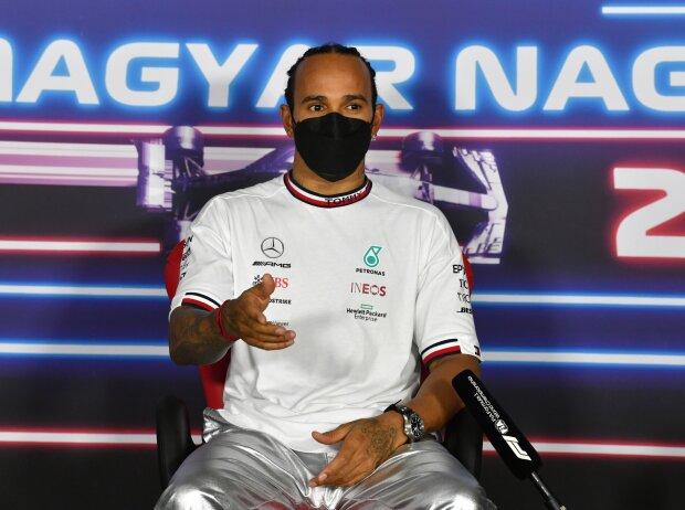 Lewis Hamilton erklärt sich in der Pressekonferenz nach dem Formel-1-Qualifying zum Grand Prix von Ungarn 2021 in Budapest