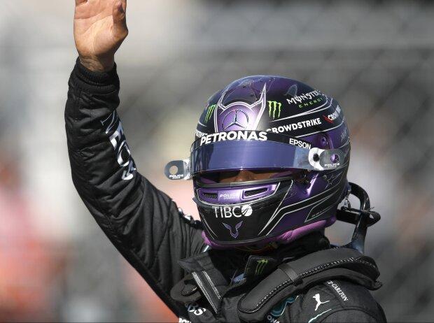 Lewis Hamilton (Mercedes) jubelt nach dem Qualifying zum Grand Prix von Ungarn 2021 über die Poleposition auf dem Hungaroring in der Nähe von Budapest