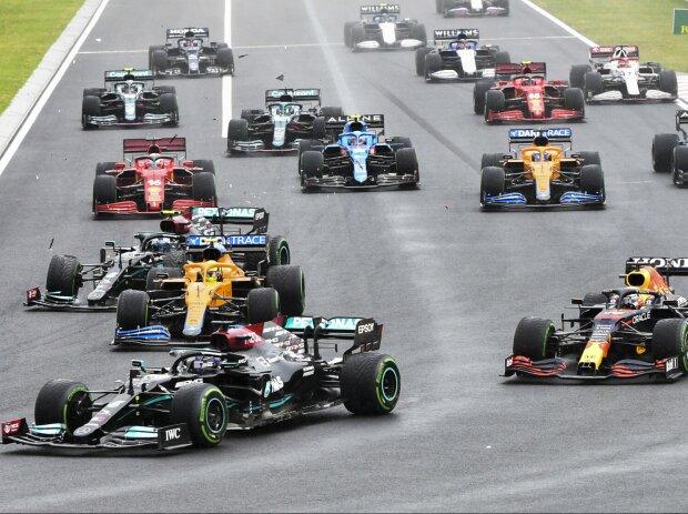 Start zum GP Ungarn 2021 auf dem Hungaroring: Lewis Hamilton führt, Valtteri Bottas rutscht in Lando Norris