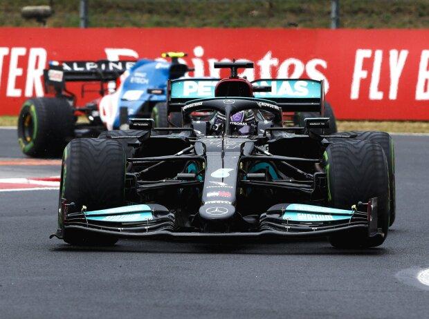 Lewis Hamilton (Mercedes) vor Esteban Ocon (Alpine) während des Formel-1-Rennens 2021 in Ungarn