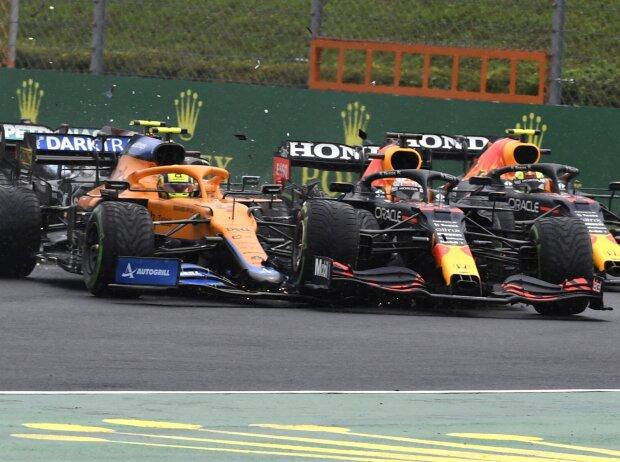 Unfall nach dem Start: Lando Norris im McLaren MCL35M trifft Max Verstappen im Red Bull RB16, nachdem Valtteri Bottas im Mercedes W12 im Grand Prix von Ungarn der Formel 1 2021 eine Kettenreaktion ausgelöst hat