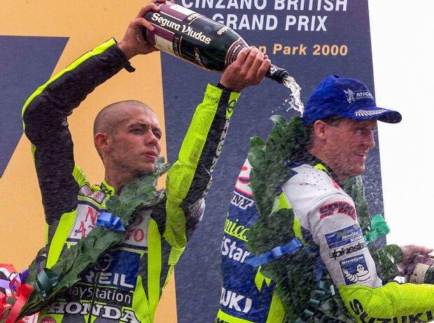 Valentino Rossi feiert seinen ersten 500er-Sieg in Donington 2000 mit Kenny Roberts jun.