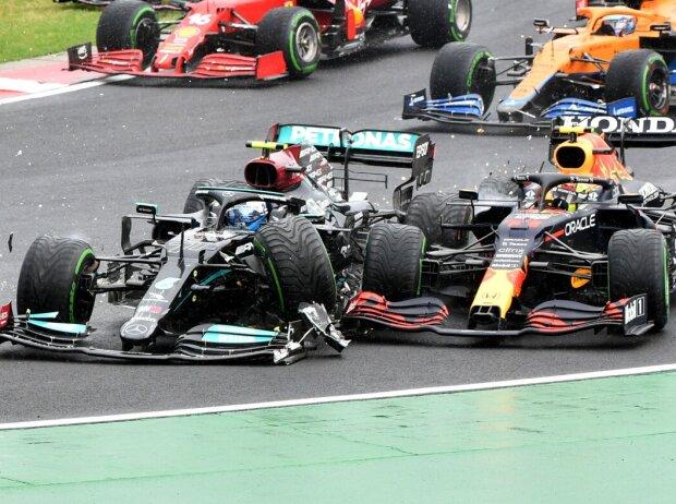 Valtteri Bottas im Mercedes W12 kollidiert am Start mit Sergio Perez im Red Bull RB16B: Grand Prix von Ungarn der Formel 1 2021 in Budapest