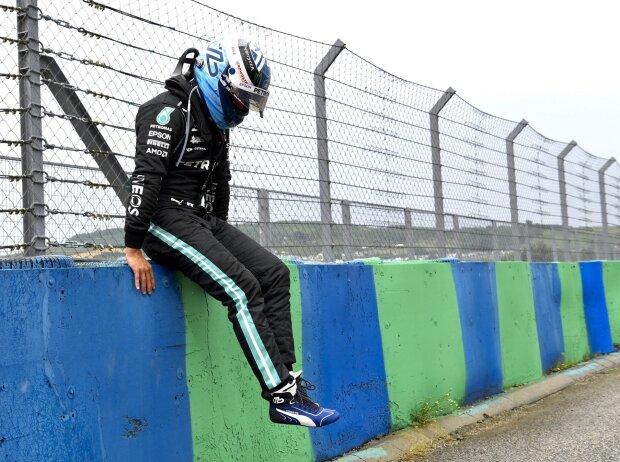 Mercedes-Fahrer Valtteri Bottas nach dem Startcrash beim Grand Prix von Ungarn der Formel 1 2021 in Budapest, den er ausgelöst hat