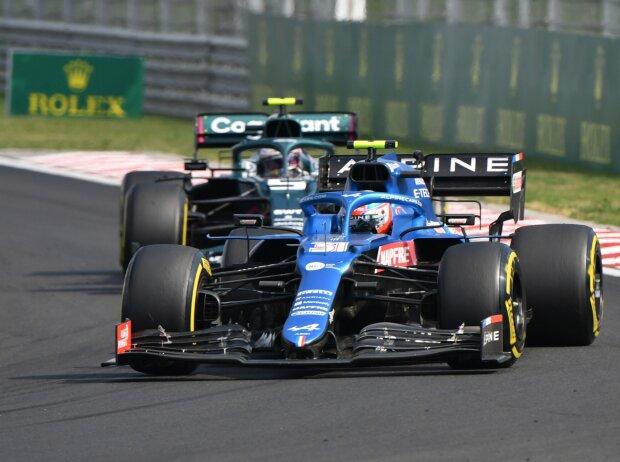 Esteban Ocon im Alpine A521 vor Sebastian Vettel im Aston Martin AMR21 beim Grand Prix von Ungarn der Formel 1 2021 in Budapest