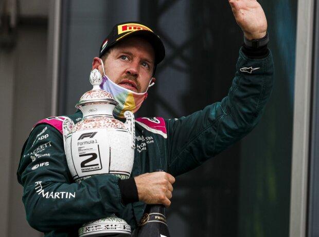 Sebastian Vettel (Aston Martin) bei der Siegerehrung nach dem Grand Prix von Ungarn 2021 auf dem Podium des Hungaroring bei Budapest