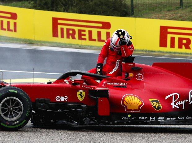 Charles Leclerc steigt in Ungarn aus seinem unverunfallten Ferrari