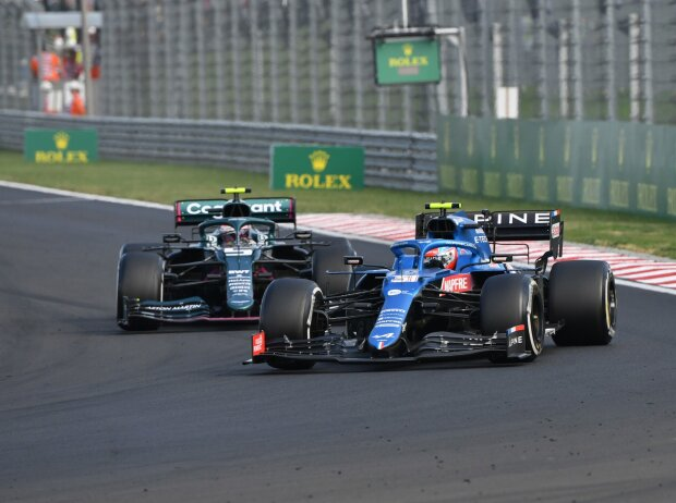 Esteban Ocon (Alpine) und Sebastian Vettel (Aston Martin) im Duell auf dem Hungaroring