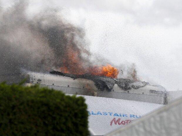 Brennendes Fahrzeug im Fahrerlager der Rennstrecke von Snetterton