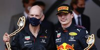 Adrian Newey und Max Verstappen (Red Bull) feiern den Sieg beim formel-1-Rennen in Monaco 2021