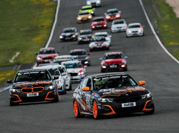 Fahrzeuge der Nürburgring-Langstrecken-Serie bei einem Rennen im Jahr 2021