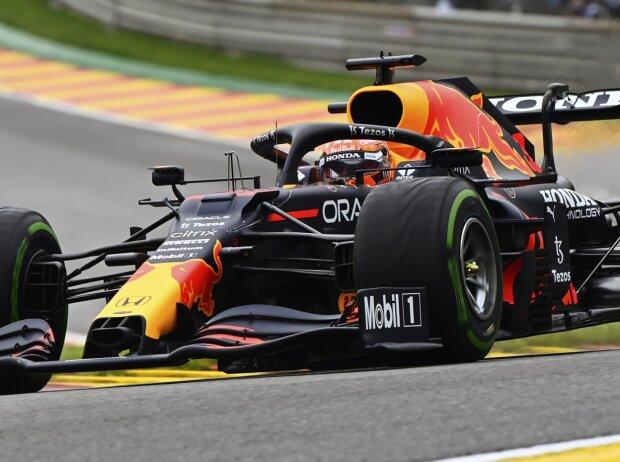 Max Verstappen fährt im Samstagstraining zum Grand Prix von Belgien in Spa-Francorchamps 2021 durch Eau Rouge
