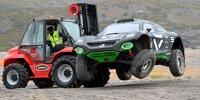 Ein defektes Extreme-E-Fahrzeug wird auf einem Gabelstapler abgeschleppt