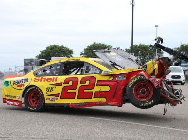 Penske-Ford von Joey Logano nach Crash auf dem Indianapolis-Rundkurs am Abschlepphaken